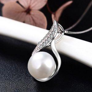 Pendentif goutte d'argent avec perle blanche