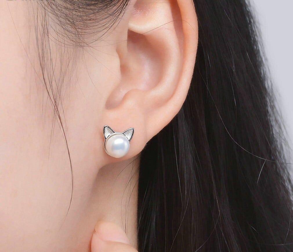 boucles d'oreilles chat en argent avec perle blanche